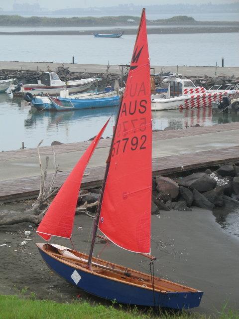 Náš člun ještě ve starém ohozu na břehu bahnité řeky Tamshui v Pa-li