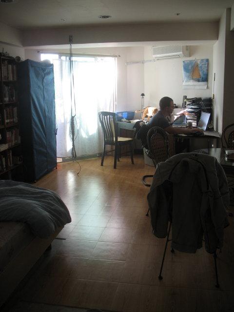 Petr úřaduje v našem bytě ve Smaragdové zátoce