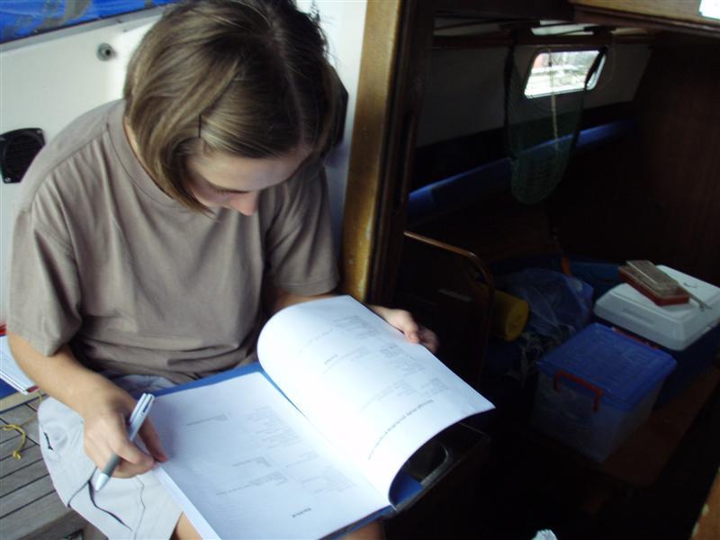 Janička kontroluje seznam položek k inspekci