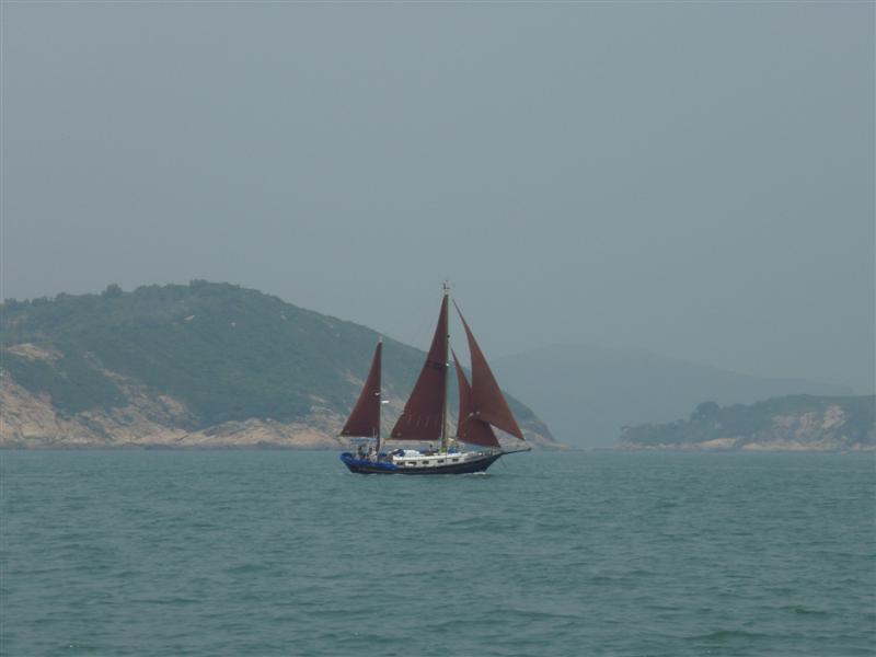 Ketch a v pozadí Picnic Bay